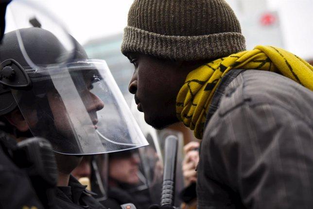 Un manifestante se enfrenta a un policía en Baltimore