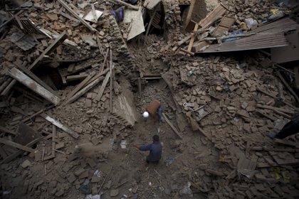 La cifra de muertos por el terremoto de Nepal supera los 2.200 en medio de réplicas