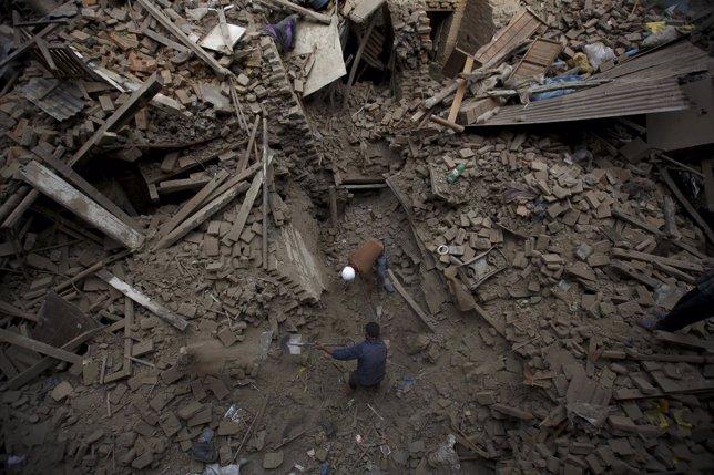 Búsqueda de supervivientes en edificio derruido en Nepal