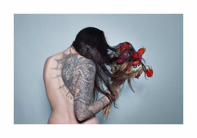 Fotografía mujer rosas secas de Ciuco Gutiérrez