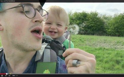 Este bebé ve por primera vez un diente de león y su reacción se hace viral