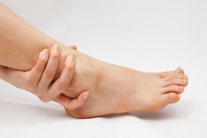 ¿Por qué se hinchan mis pies?