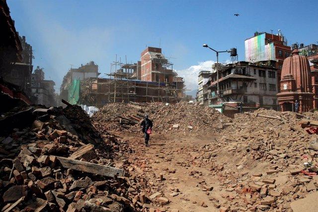 El primer ministro de Nepal estima más de 10.000 muertos