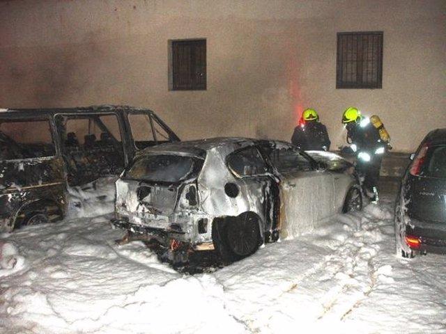 Arden 5 vehículos en la calle Historiador Chabret