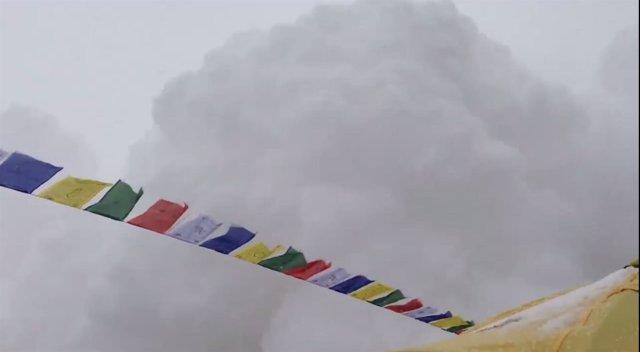 Avalancha de nieve en el Everest tras el terremoto de Nepal