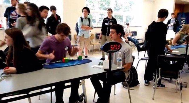 Collin Burns bate el récord del Cubo de Rubik