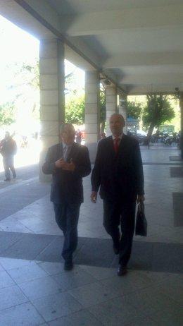 El exconsejero de Empleo Antonio Fernández y su abogado a su llegada al juzgado