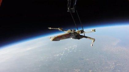 Fans de Star Wars envían un X-Wing al espacio para pedirle entradas VIP a Abrams