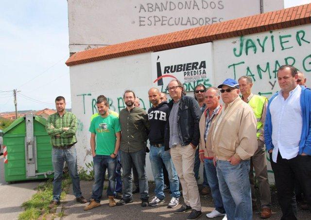 León (tercero por la izquierda) con los trabajadores de Rubiera Predisa.