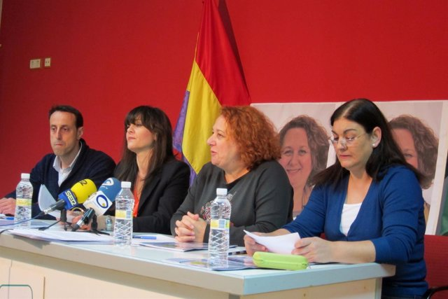 María del Mar Torres (2d) presenta el programa electoral de IU en Jaén.