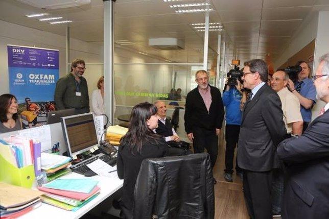 Artur Mas visita la sede de Intermon Oxfam