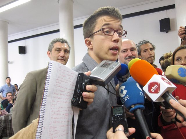 Errejón (Podemos) en un contacto con los medios en Murcia