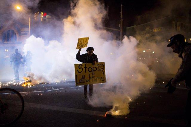 En Baltimore un protestante sostiene una pancarta