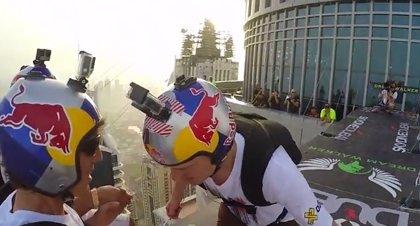 Impresionante salto base desde el edificio más alto de Dubái grabado en 4K