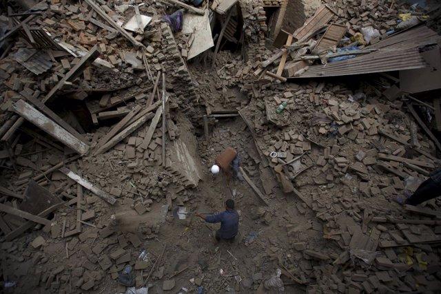 Búsqueda de supervivientes en un edificio derruido en Nepal