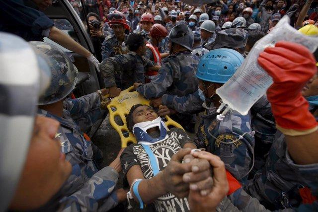 Niño de 15 años rescatado de los escombros en Nepal