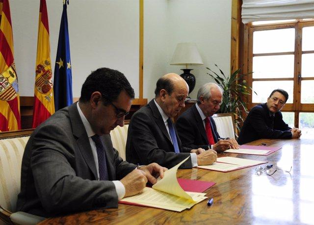 Firma del convenio entre el Gobierno de Aragón y la FET.