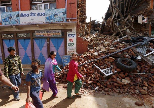 Personas ante los escombros producidos por el terremoto en Sangachowk, Nepal
