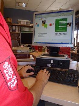 Un agente de la Policía Foral trabaja con un ordenador