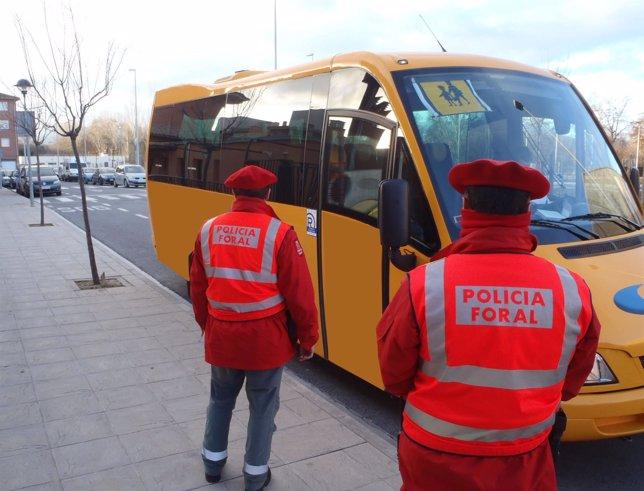 Policía Foral realiza un control a un autobús de transporte escolar