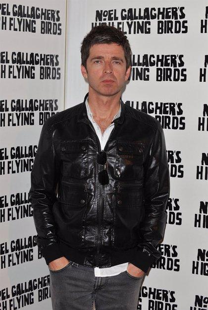 Noel Gallagher asegura que no lleva ropa interior mientras actúa