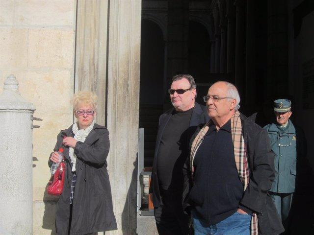 Víctor Sánchez, en el centro, a la salida de la Audiencia de Granada