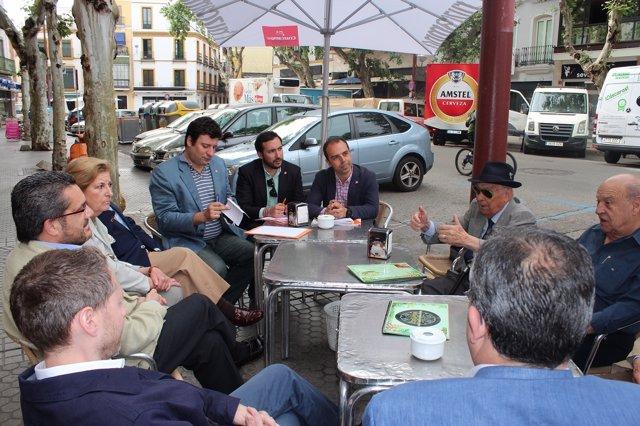 Millán charla con vecinos del distrito Casco Antiguo de Sevilla
