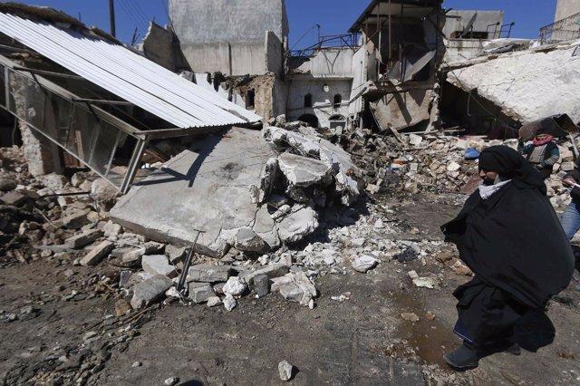 Una mujer camina en Alepo, Siria