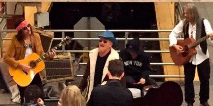 Vídeo: U2 actúan en el metro de Nueva York como artistas callejeros