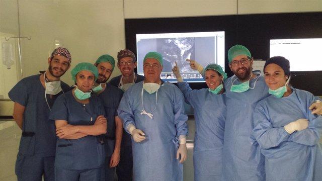 Dr. Cenjor, en el centro de la imagen,  junto equipo quirúrgico