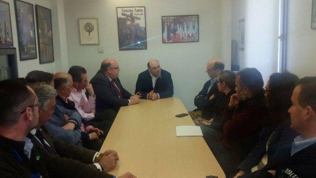 Caunedo (Centro) en la reunión con la Junta de Hermandades.
