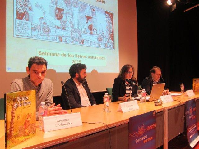 Carballeira (izquierda) durante la presentación de su obra.