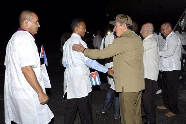Raúl Castro despide a médicos cubanos que lucharán contra el ébola
