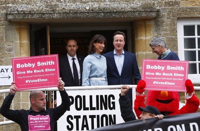 Protestas frente al colegio electoral donde ha votado David Cameron