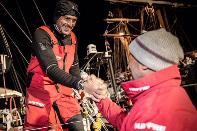 Xabi Fernández saluda a la tripulación de tierra del 'MAPFRE' en Newport