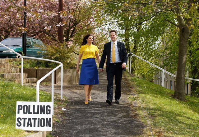 Líder del partido liberal democrático, Nick Clegg, acude a votar con su mujer