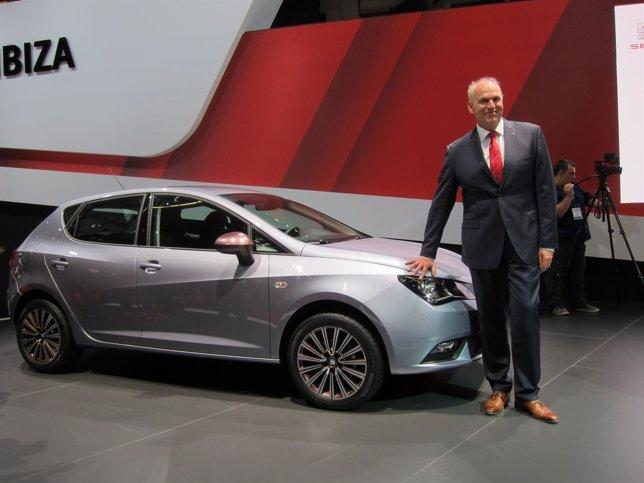 El pte. De Seat J.Stackmann en el Salón del Automóvil de Barcelona