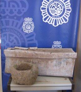 Urna funeraria y crisol recuperados en la operación policial.