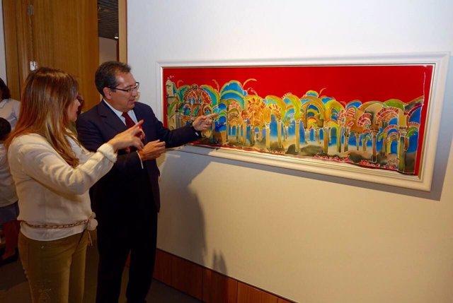 Antonio Pulido y Lucila Veloz contemplan el cuadro sobre la Mezquita