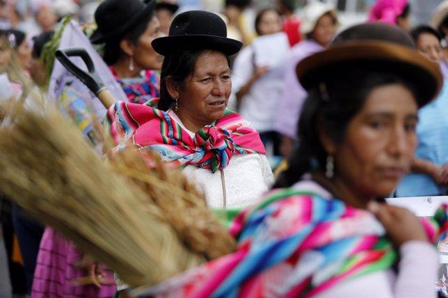 Mujeres peruanas marchan en el Día Internacional de la Mujer en Lima (Perú).