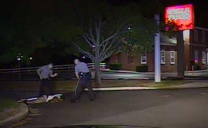 Un vídeo muestra a un policía pateando en la cara a un sospechoso negro
