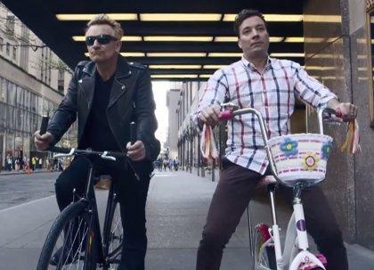 Bono de U2 vuelve a montar en bici y la cosa no termina bien