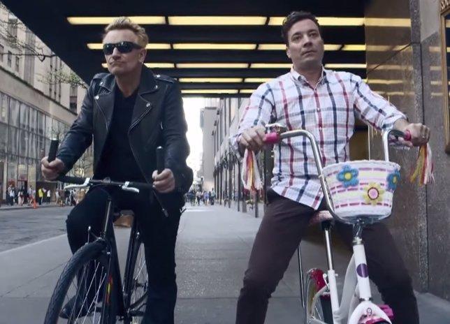 Bono de U2 vuelve a montar en bicie y la cosa no terminar bien