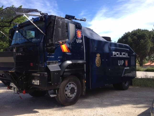 Tanqueta lanza agua de la Policía aparacada en el complejo de Valdelatas
