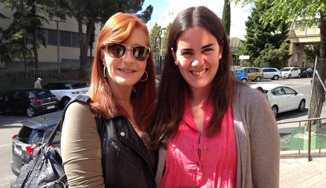 La realizadora Elena Ferrándiz, junto a Andrea, la hija de Samuel Bronstein