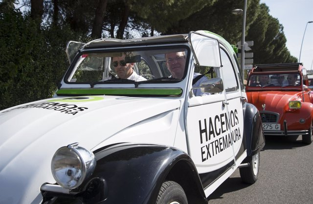 José Antonio Monago conduce el 2 CV de su campaña electoral