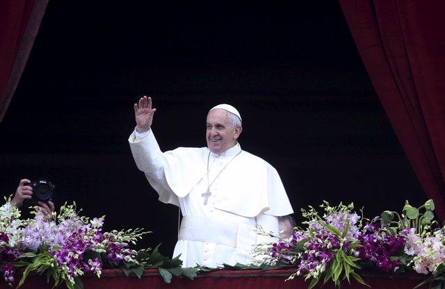 """El Papa Francisco dando la bendición  """"Urbi et Orbi"""" el Domingo de Resurrección"""