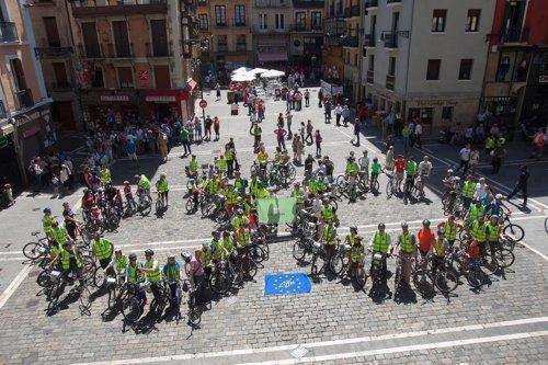 Bicleta humana formada por voluntarios del proyecto Life+Respira.