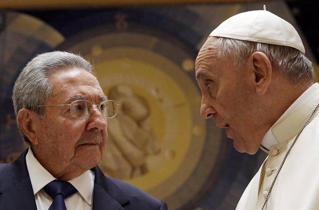 Papa Francisco se reúne con el presidente de Cuba Raúl Castro