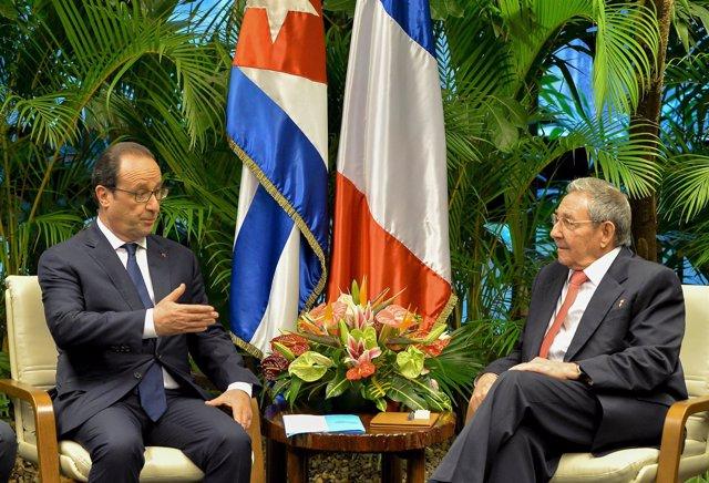 Cuba's President Raul Castro receives his French counterpart Francois Hollande a